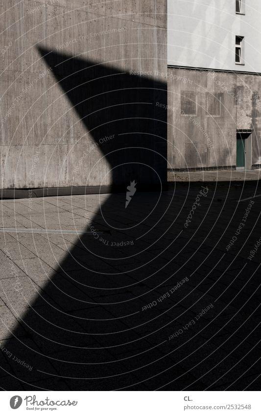spitze Stadtzentrum Menschenleer Platz Bauwerk Gebäude Architektur Mauer Wand Fenster Tür ästhetisch eckig Spitze grau Farbfoto Gedeckte Farben Außenaufnahme