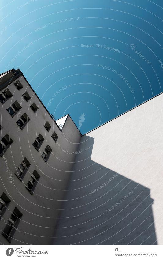 blauer himmel Wolkenloser Himmel Schönes Wetter Berlin Stadt Stadtzentrum Menschenleer Haus Hochhaus Gebäude Architektur Mauer Wand Fassade Fenster eckig groß