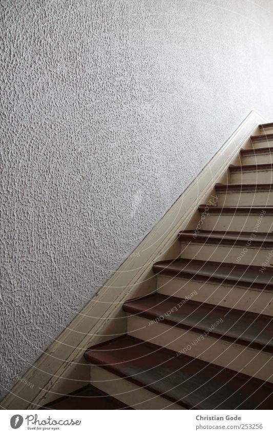 Hinauf Menschenleer Haus Bauwerk Gebäude Architektur Treppe braun Treppenhaus Treppengeländer Treppenabsatz Holz Dreieck oben Wand Strukturen & Formen