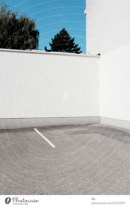 the power of trist Sommer Baum Architektur Wand Gebäude Mauer Linie Verkehr Ordnung ästhetisch Schönes Wetter Platz Pause Wolkenloser Himmel Langeweile
