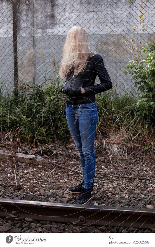 blondie Frau Mensch Jugendliche Junge Frau 18-30 Jahre Erwachsene Leben lustig feminin außergewöhnlich Mode Haare & Frisuren Schuhe stehen Sträucher