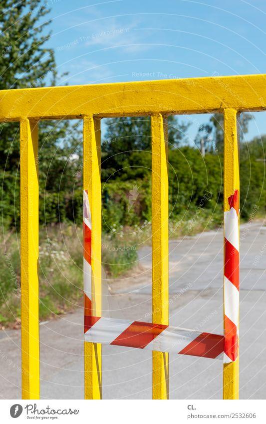 gelbes tor Baustelle Wolkenloser Himmel Schönes Wetter Sträucher Menschenleer Platz Tor Zeichen Schutz Sicherheit Verbote Wandel & Veränderung Wege & Pfade