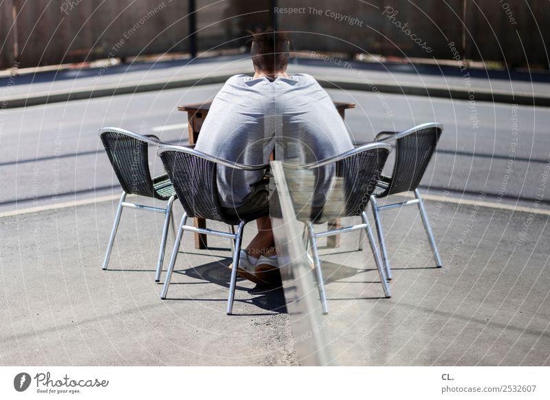 selbstgespräch Mensch maskulin Junger Mann Jugendliche Erwachsene 1 Stadt Verkehrswege Straße Wege & Pfade Stuhl Fensterscheibe Kommunizieren sitzen