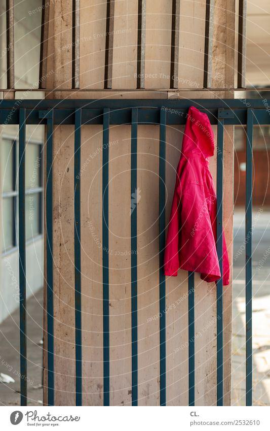 hängende jacke Schule Schulgebäude Schulhof Menschenleer Mauer Wand Mode Bekleidung Jacke Kapuzenjacke Gitter Zaun rot Pause vergessen Farbfoto Außenaufnahme
