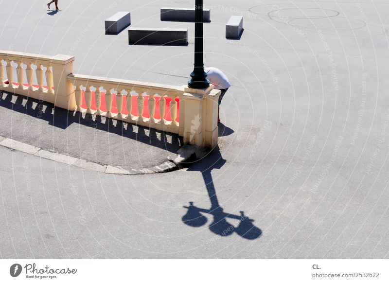 kopflos Mensch Stadt Straße Erwachsene Leben lustig Wege & Pfade gehen Verkehr Europa stehen Schönes Wetter Platz Straßenbeleuchtung Stadtzentrum Verkehrswege