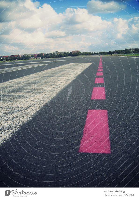 Follow the pink line Himmel Wolken Flughafen Verkehr Verkehrswege Straße Wege & Pfade Flugplatz Landebahn fliegen laufen Ferien & Urlaub & Reisen Unendlichkeit