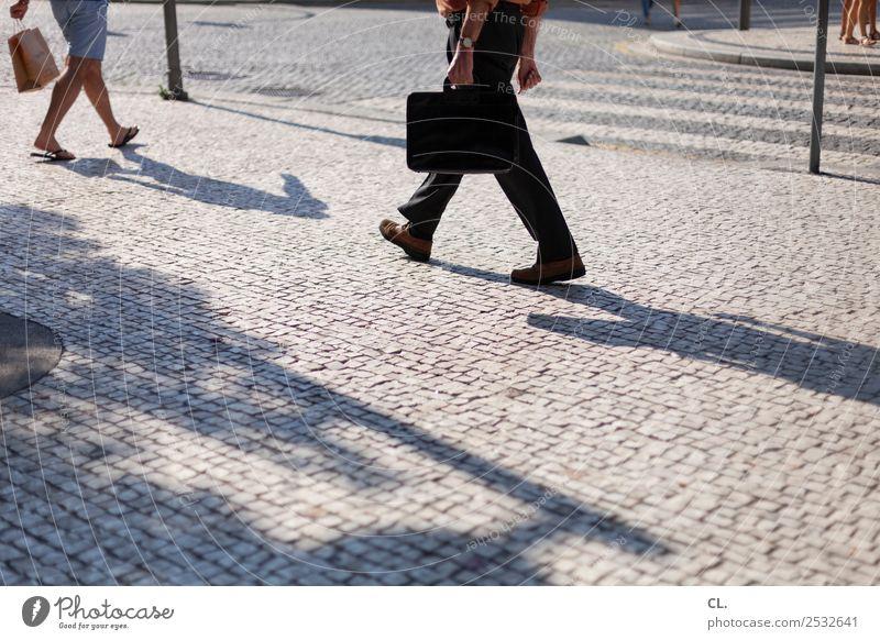 straßenleben Mensch Mann Sommer Stadt Straße Erwachsene Beine Leben Wege & Pfade Bewegung Fuß Arbeit & Erwerbstätigkeit gehen Freizeit & Hobby Verkehr