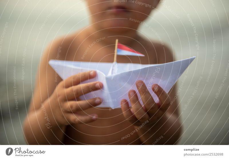 Kleines Kind mit Papierboot Freude Wellness Erholung Spielen Ferien & Urlaub & Reisen Freiheit Kreuzfahrt Sommer Sommerurlaub Strand Meer Insel Wellen