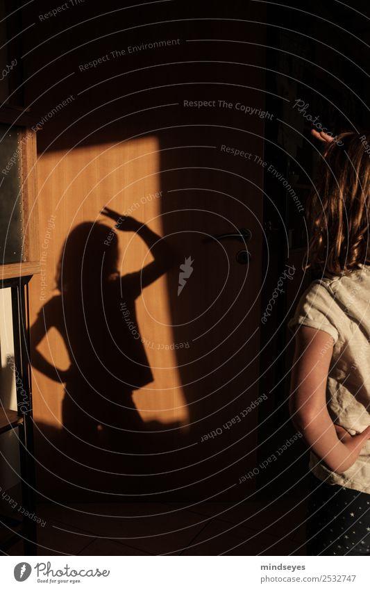 Mädchen spielt mit Schatten Freude Kinderspiel Häusliches Leben Mensch Kindheit 1 3-8 Jahre Bewegung lernen leuchten Blick Tanzen träumen Wachstum Fröhlichkeit