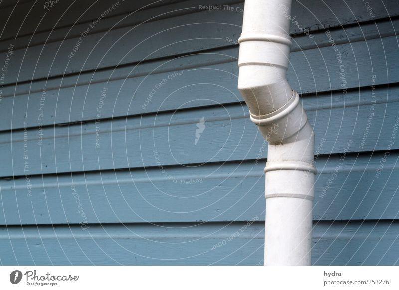 Knick im Rohr Haus Gartenhaus Holzvertäfelung Holzwand Holzhaus Holzhütte Regenrinne Fallrohr Abflussrohr Steckverbindung Menschenleer Mauer Wand Fassade