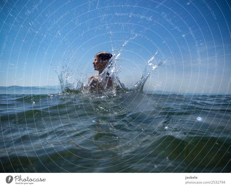 Kind springt in See. Freizeit & Hobby Spielen Sommer Sommerurlaub Sonne Strand Meer Schwimmen & Baden Schwimmbad Natur Wasser fangen schreien Flüssigkeit heiß