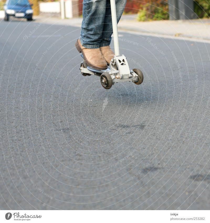 jump and run Lifestyle Freizeit & Hobby Spielen Kinderspiel Tretroller Kindheit Jugendliche Leben 1 Mensch Verkehrsmittel Verkehrswege Straße Wege & Pfade