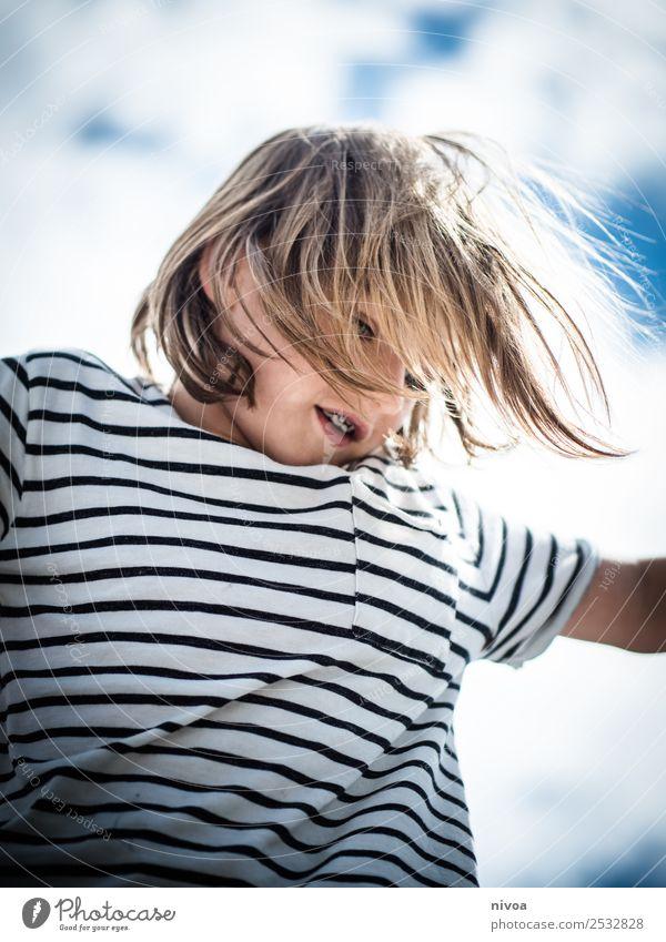 Blonder Junge spielt mit wehendem Haar Freude Glück Kindererziehung Mensch maskulin 1 8-13 Jahre Kindheit Umwelt Wolken Sonne Schönes Wetter T-Shirt