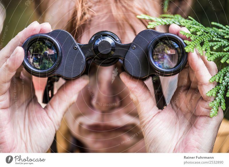 eine Frau blickt durch ein Fernglas Mensch feminin Erwachsene 1 Frühling Sommer Schönes Wetter rothaarig beobachten Neugier Eifersucht Neid Enttäuschung