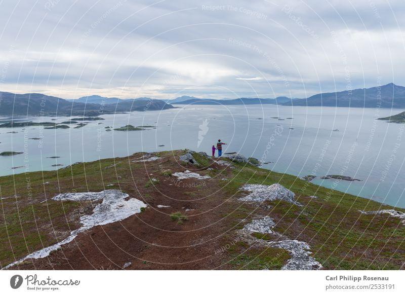 Schau mal da Ausflug Ferne Sommer Meer Insel Berge u. Gebirge wandern Kindererziehung Mensch Eltern Erwachsene Großeltern Senior Familie & Verwandtschaft