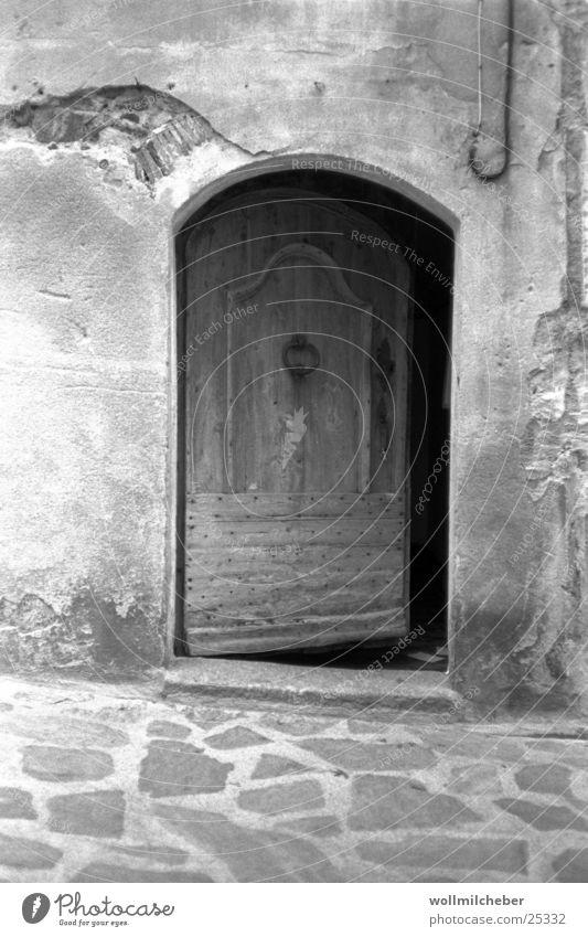 Neugier Holz Gemäuer Holztür Architektur Tür Schwarzweißfoto Grauverlauf alt
