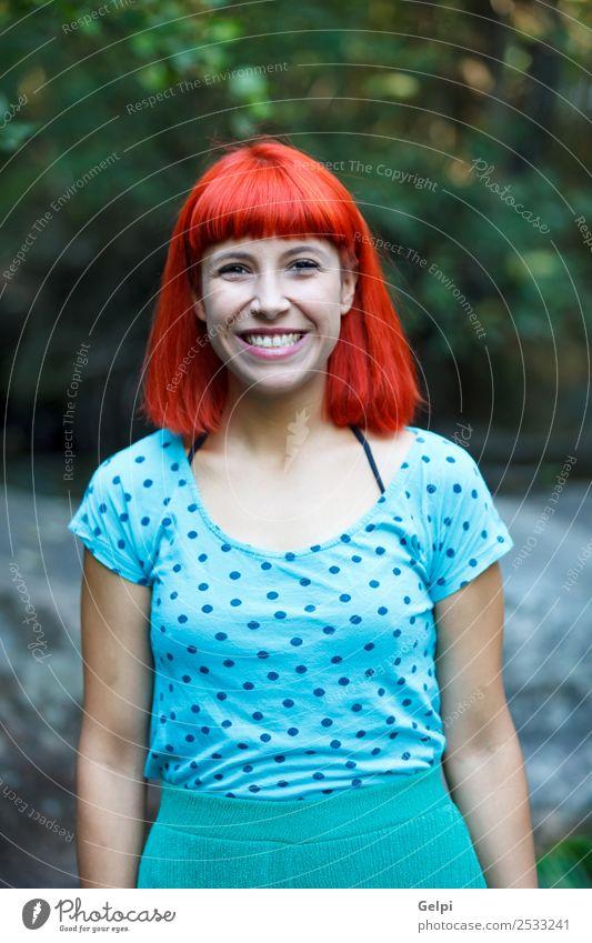 Rothaarige Frau mit blauem Hemd in einem schönen Park Lifestyle Glück Gesicht Wellness Erholung Duft Sommer Garten Mensch Erwachsene Natur Baum Blume Blüte Mode
