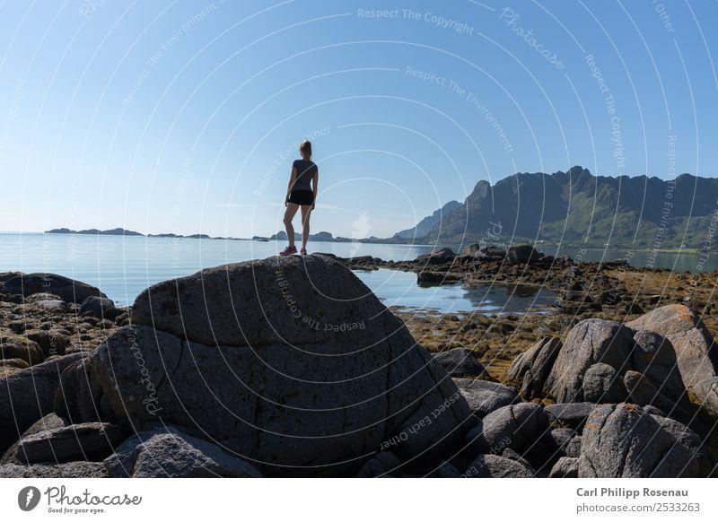 Fernsicht Frau Mensch Natur Ferien & Urlaub & Reisen Jugendliche Junge Frau Sommer Wasser Sonne Landschaft Meer ruhig Ferne Berge u. Gebirge 18-30 Jahre
