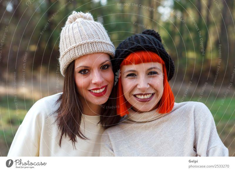 Schöne Freunde im Wald an einem Wintertag Lifestyle Stil Freude Glück schön Leben Frau Erwachsene Familie & Verwandtschaft Freundschaft Natur Mode brünett