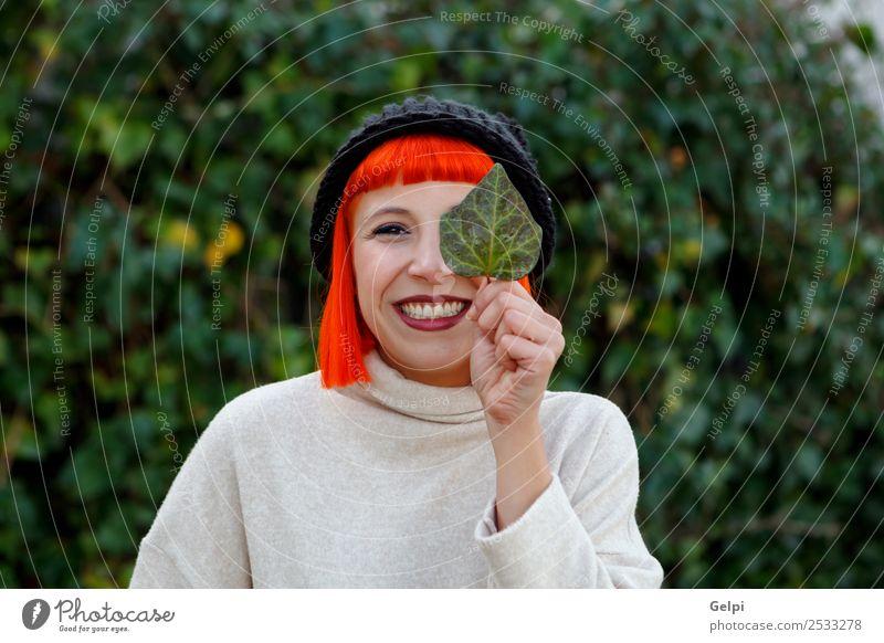 Attraktives brünettes Mädchen, das einen Tag auf dem Land genießt. Lifestyle Glück schön Gesicht Freizeit & Hobby Winter feminin Frau Erwachsene Natur Herbst
