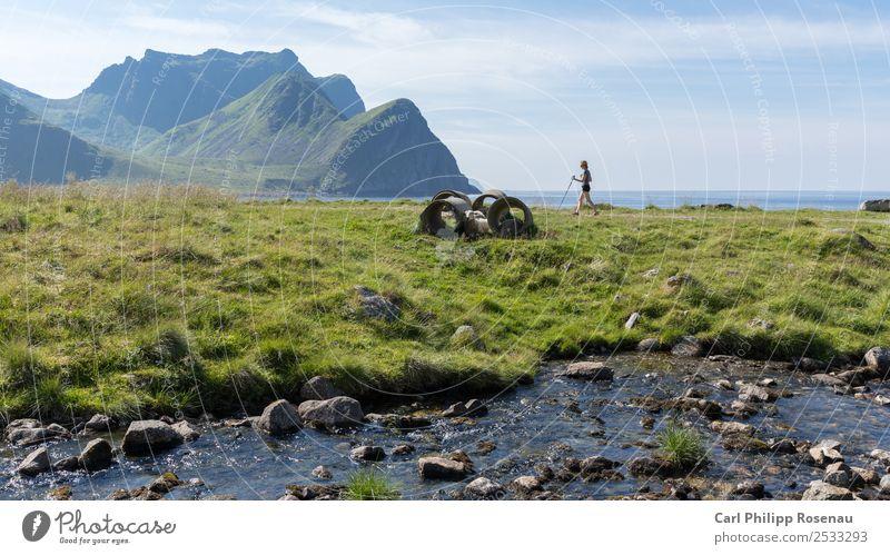 Wandern am Meer Ferien & Urlaub & Reisen Freiheit Sommer Sommerurlaub Sonne Berge u. Gebirge wandern Mensch Frau Erwachsene 1 18-30 Jahre Jugendliche Natur
