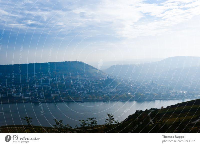 Am Rhein Natur Landschaft Wasser Himmel Wolken Sonnenlicht Wetter Schönes Wetter Hügel Küste Flussufer Dorf Kleinstadt Haus blau Zufriedenheit
