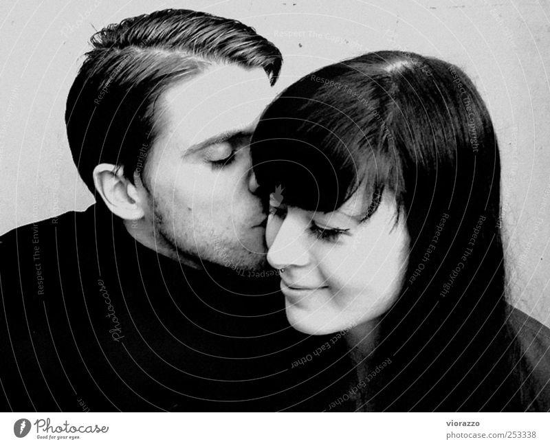 L'AMOUR. harmonisch Junge Frau Jugendliche Junger Mann Paar 2 Mensch 18-30 Jahre Erwachsene Haare & Frisuren Pony Denken genießen Küssen Lächeln Liebe
