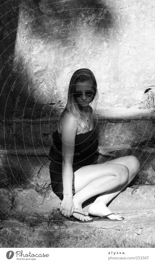 Wie soll ein Mensch das ertragen? feminin Junge Frau Jugendliche 1 18-30 Jahre Erwachsene grau schwarz Schwarzweißfoto Außenaufnahme
