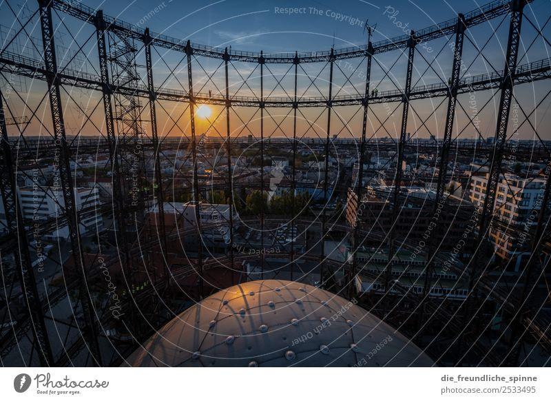 Sonnenuntergang am Gasometer Himmel Wolkenloser Himmel Sonnenaufgang Sonnenlicht Sommer Schönes Wetter Berlin Deutschland Europa Hauptstadt Stadtzentrum Metall