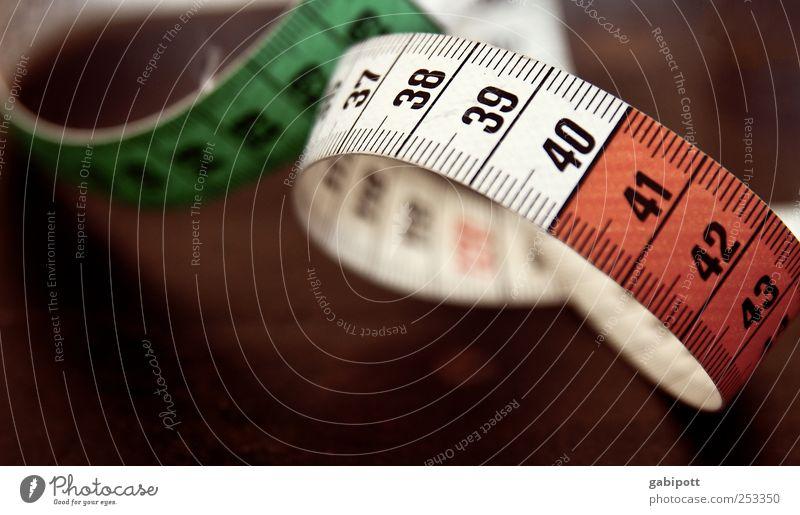 Schlankheitswahn alt weiß rot braun Schriftzeichen retro Ziffern & Zahlen dünn Zeichen Übergewicht Diät messen Meter Nähen eitel Maßeinheit