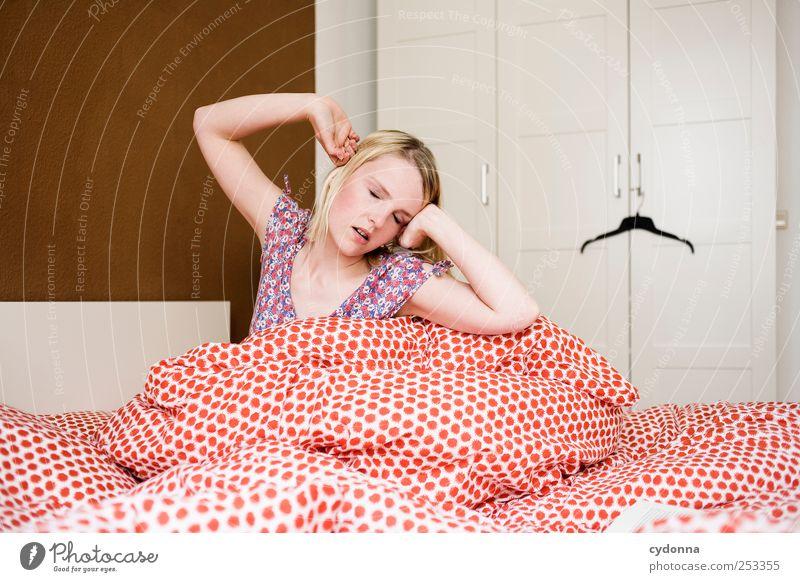 Ich bin für 'ne neue Runde Mensch Jugendliche schön ruhig Erwachsene Erholung Zeit Raum Wohnung schlafen Häusliches Leben Lifestyle Pause 18-30 Jahre einzigartig Junge Frau