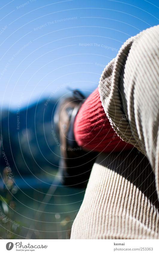 Wanderpause Mensch blau rot Ferien & Urlaub & Reisen Erholung Leben Berge u. Gebirge Erwachsene Beine See Freizeit & Hobby sitzen Ausflug wandern Abenteuer