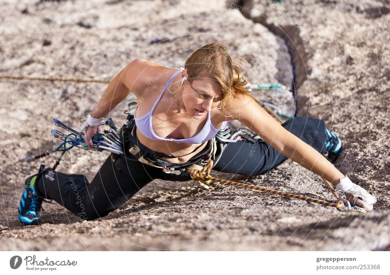 Weibliche Klettererin. Leben Abenteuer Sport Klettern Bergsteigen Erfolg Frau Erwachsene 1 Mensch 18-30 Jahre Jugendliche sportlich Lebensfreude selbstbewußt