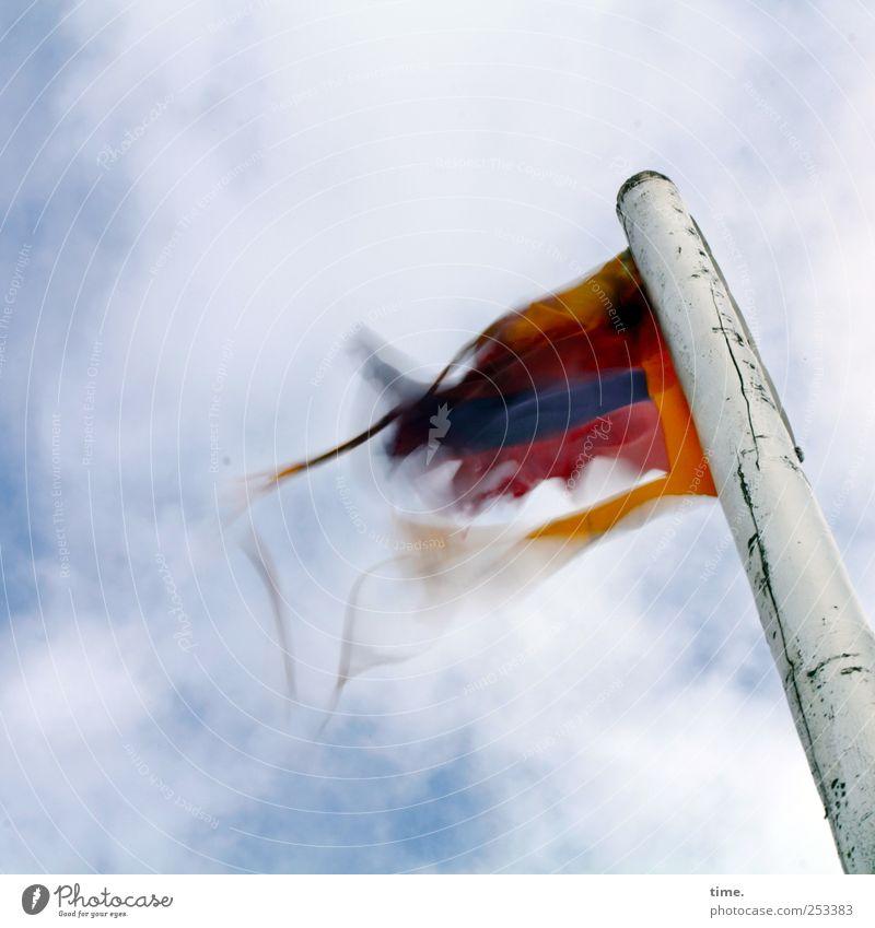 Dangaster Zausel Luft Himmel Wolken Wind Lack Fahne kaputt Gefühle Begeisterung Euphorie beweglich Armut Bewegung erleben Freiheit Konzentration Perspektive