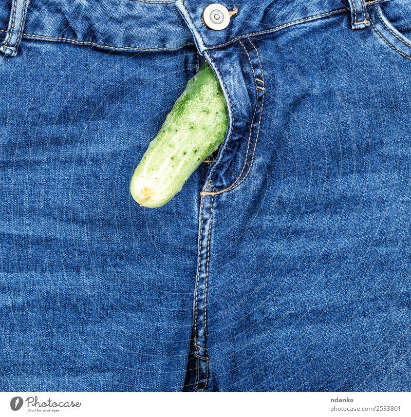 Gurke ragt aus der Blue Jeans heraus. Gemüse Freude Hose Jeanshose Stoff blau grün Sex Idee Mode Sexualität Salatgurke Hintergrund Beautyfotografie