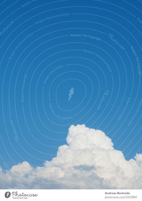 Weiße Wolken, blauer Himmel Natur Sommer Leben Hintergrundbild Umwelt Wetter Kraft Schönes Wetter Energie Klima Frieden rein extrem Air