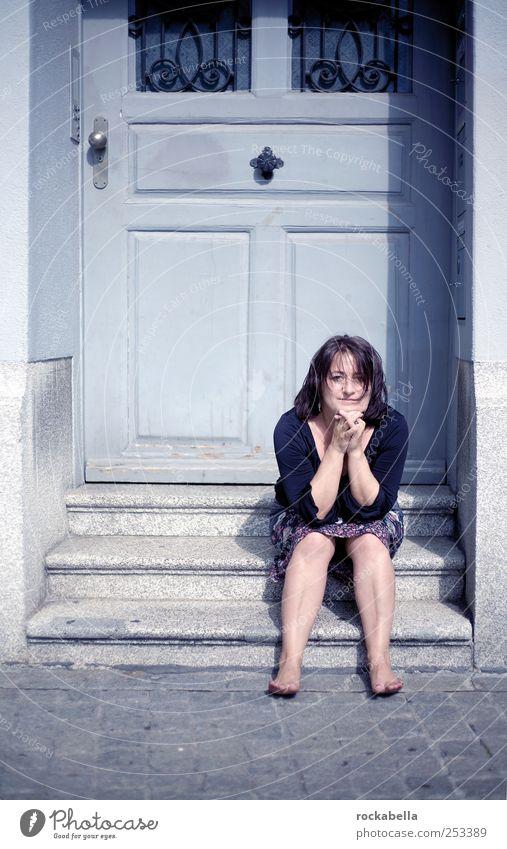 straight. Frau Mensch schön Freude feminin Leben Erwachsene Glück Zufriedenheit Tür elegant sitzen Treppe Fröhlichkeit ästhetisch authentisch