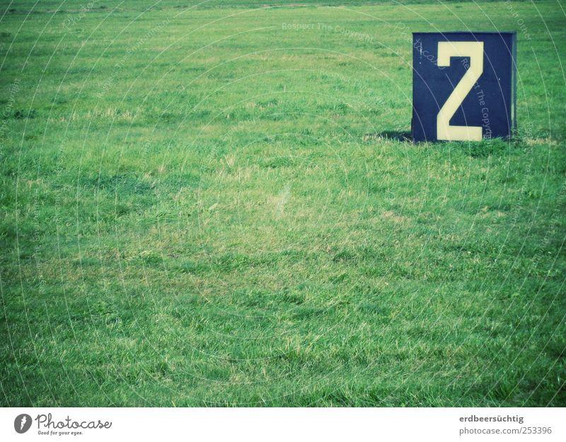 ...Startbahn (null) 2 Gras Park Wiese Berlin Sehenswürdigkeit Luftverkehr Landebahn Schilder & Markierungen Verkehrszeichen grün Hinweis Feld Ziffern & Zahlen