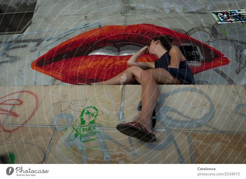 Steinig | sind diese Lippen feminin Junge Frau Jugendliche Mund Zähne 1 Mensch Kunst Graffiti Tunnel Bauwerk Kleid brünett Beton beobachten sitzen schön Kitsch