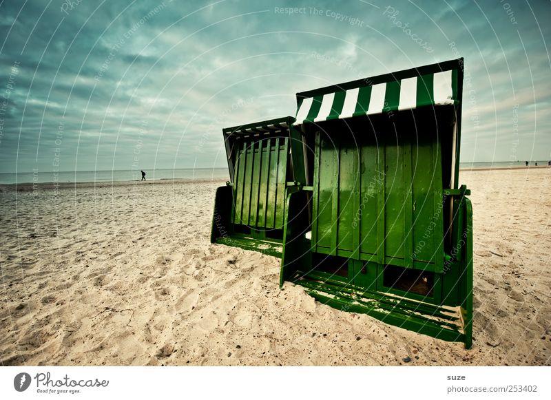 Saisonende Freiheit Sommer Strand Meer Sand Himmel Küste Ostsee blau grün Ende Strandkorb dramatisch geschlossen Warnemünde Horizont Sandstrand Sommerurlaub