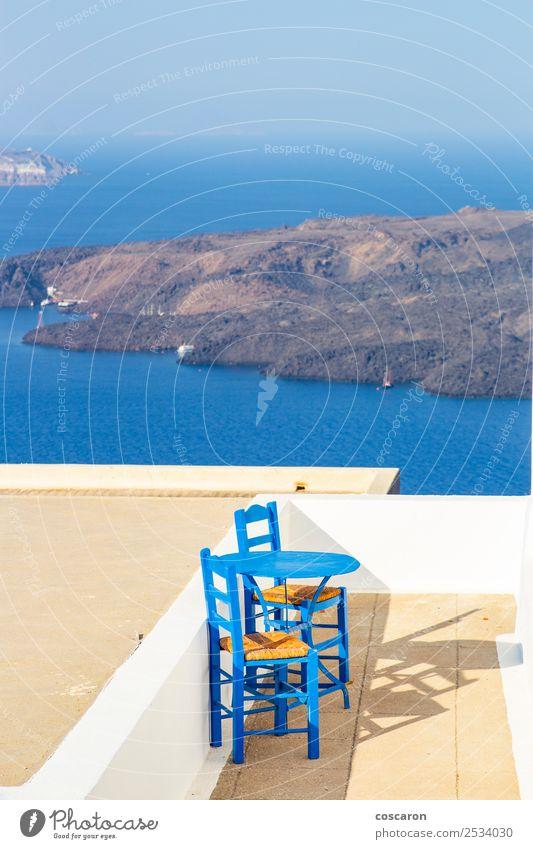 Kleine Terrasse mit Meerblick in Santorini, Griechenland. Meeresfrüchte Mittagessen Abendessen Teller Design schön Ferien & Urlaub & Reisen Sommer Insel Stuhl