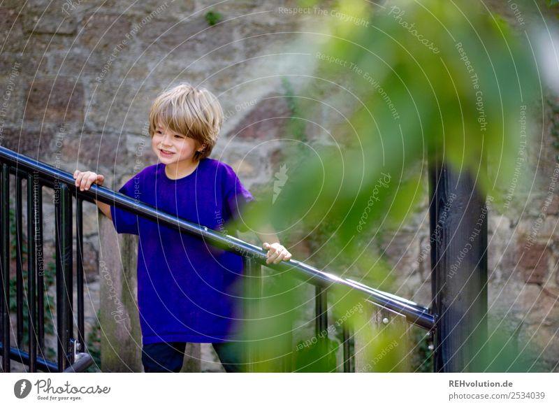 Kind auf dem Spielplatz Mensch Natur Freude Wand natürlich Bewegung Glück Junge klein Spielen Mauer Zufriedenheit Freizeit & Hobby maskulin Kindheit