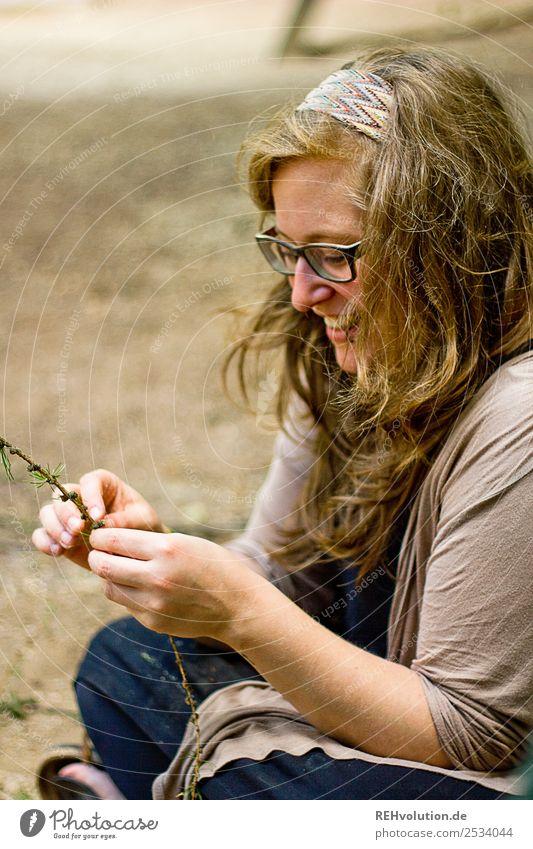 Junge FRau sitzt lachend auf dem Boden Lifestyle Freizeit & Hobby Spielen Mensch feminin Junge Frau Jugendliche Erwachsene 1 18-30 Jahre Umwelt Natur Brille