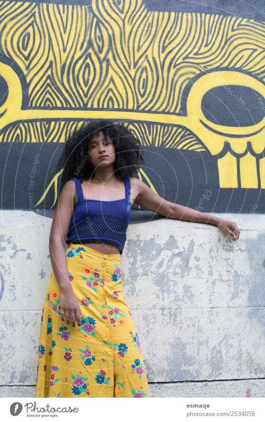 Porträt einer exotischen jungen Frau Lifestyle Ferien & Urlaub & Reisen Tourismus Ausflug androgyn Junge Frau Jugendliche Kunst Künstler Maler Stadt Mauer Wand