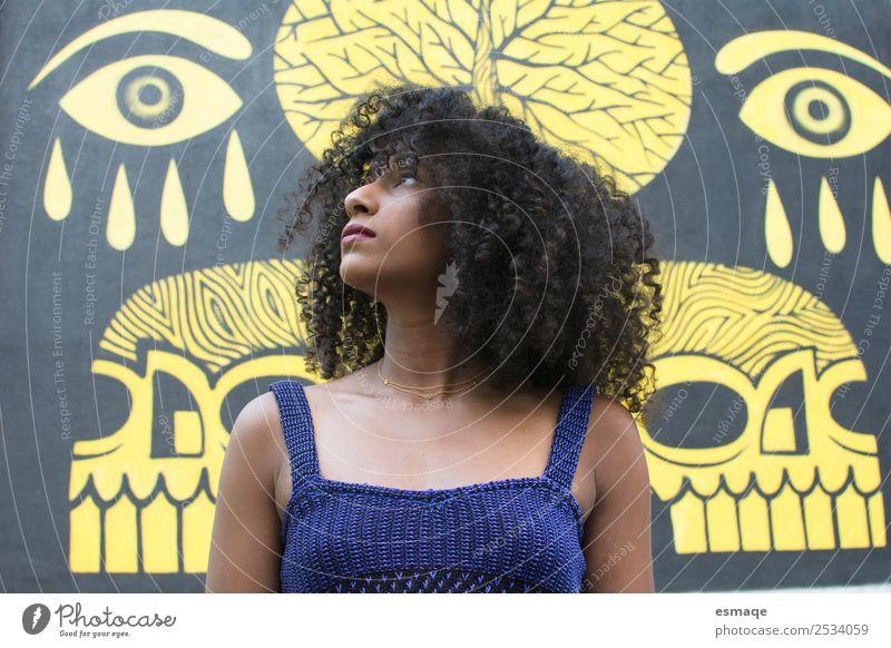 Porträt einer jungen Frau mit Graffiti Lifestyle exotisch Junge Frau Jugendliche Kleinstadt Stadt Afro-Look beobachten Beratung Coolness authentisch schön