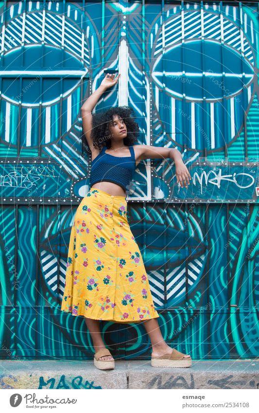 Porträt einer Mulattin über Graffiti exotisch Freude schön Tourismus Ausflug Sommer Mensch Junge Frau Jugendliche Erwachsene Kunst Künstler Mauer Wand Mode