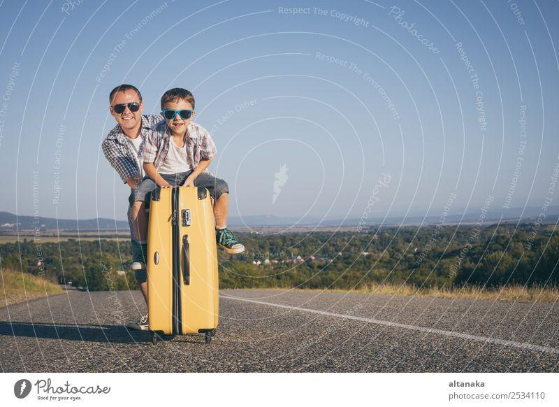 Vater und Sohn stehen am Tag auf der Straße. Lifestyle Freude Glück Spielen Ferien & Urlaub & Reisen Tourismus Ausflug Abenteuer Freiheit Camping Sommer wandern