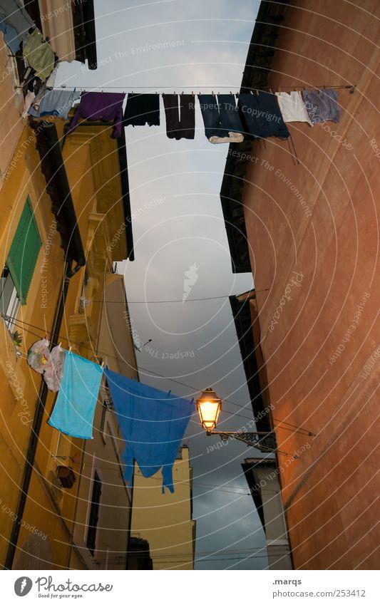 Wäschetrockner, dramatisch Laterne Himmel Rom Italien Haus Architektur Mauer Wand Fassade Bekleidung hängen leuchten alt dunkel Gasse eng Wäscheleine Farbfoto