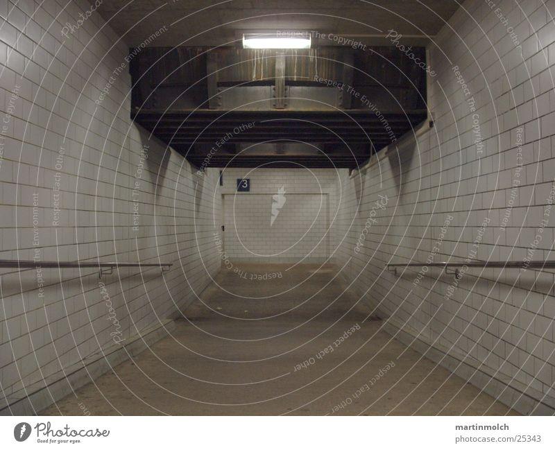 Tunnel Bahnsteig Licht Fliesen u. Kacheln Beton betoniert Brücke Unterführung Bahnhof Eisenbahn Geländer Schatten