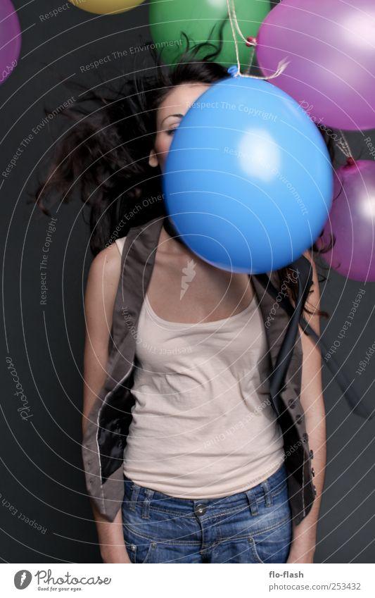 there is something in the air Freude Mensch feminin Junge Frau Jugendliche Erwachsene 1 18-30 Jahre Ballon springen Farbfoto mehrfarbig Studioaufnahme